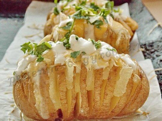 польём картошку сметаной, посыпем чесноком и петрушкой