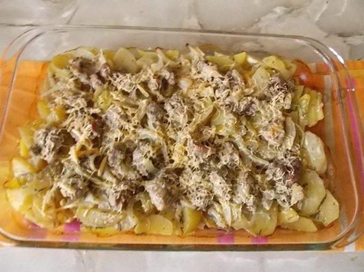 картошка с мясом, сметаной и сыром