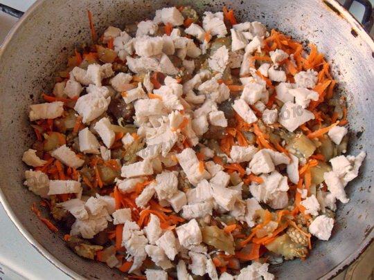 добавляем отварное куриное филе и рис