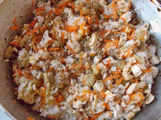 перемешиваем, солим и перчим начинку для баклажанных лодочек