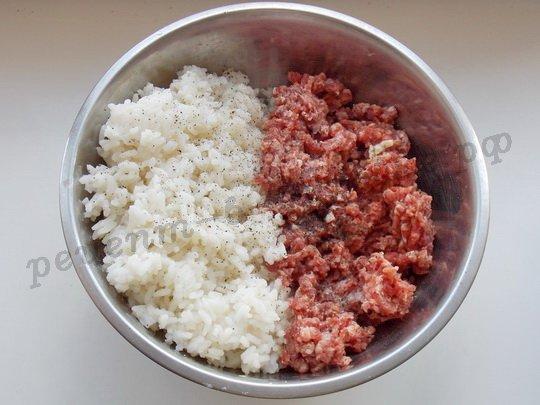 смешаем отварной рис и фарш