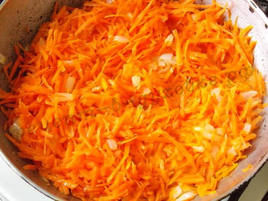 спассеруем лук с морковкой