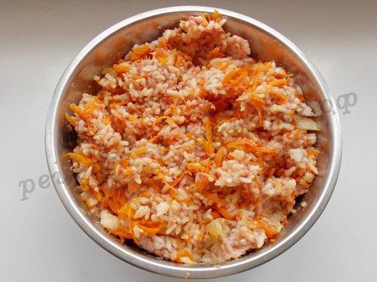 перемешиваем рис с фаршем и зажаркой