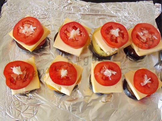 на сыр кладём помидорные кружочки и чеснок