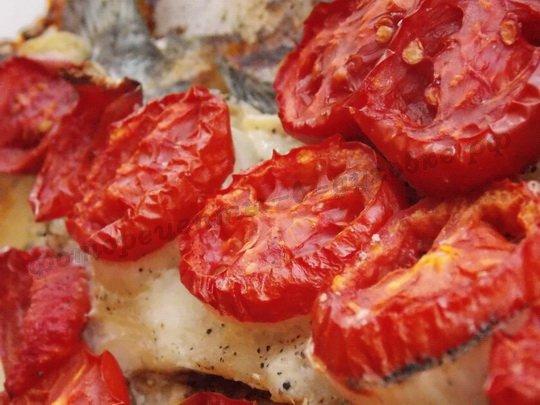 запечённый карп с помидорами в духовке