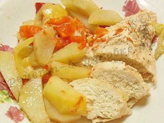 куриная грудка, запечённая с овощами