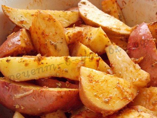 перемешиваем картошку с приправами