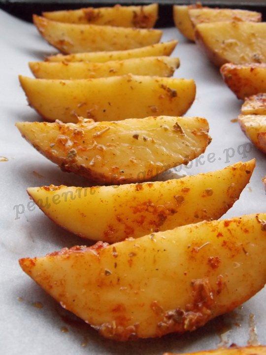 выложим картошку дольками на противень