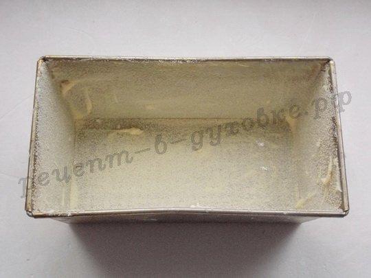 смазываем форму для львовского сырника маслом и обсыпаем манкой