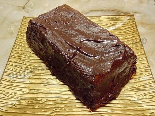 поливаем сырник шоколадной глазурью