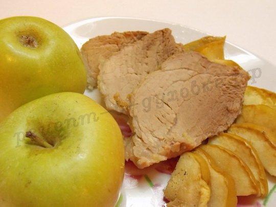 мясо, запечённое с яблоками