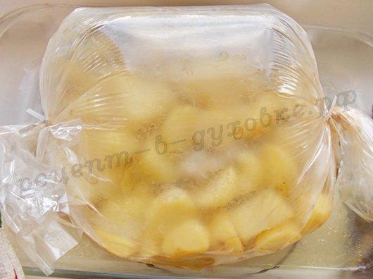 запекаем курицу с картошкой в рукаве