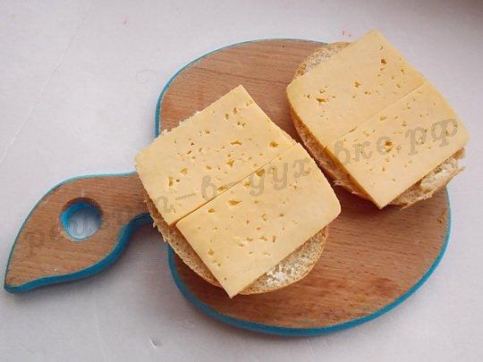 положим на булочку сыр