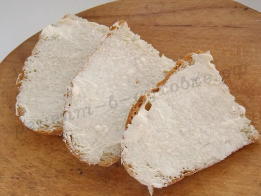 намазываем ломтики хлеба маслом
