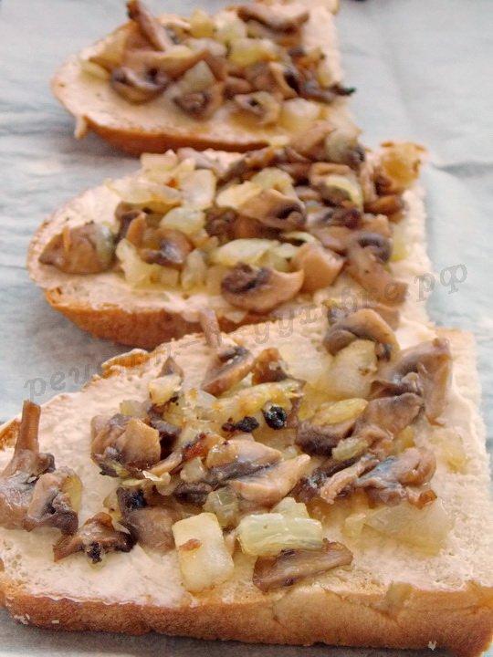 выкладываем на хлеб обжаренные грибы с луком