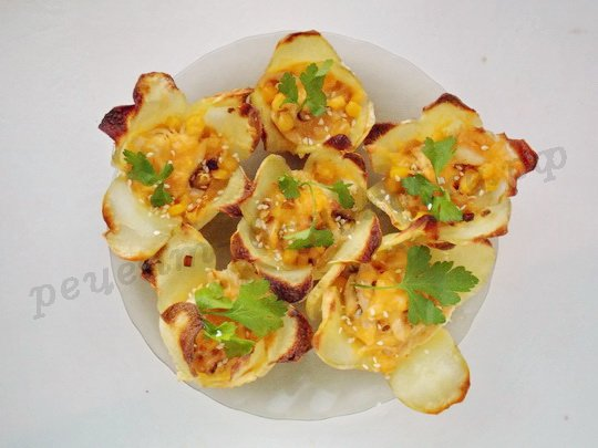 украшаем картофельные цветочки кунжутом и зеленью
