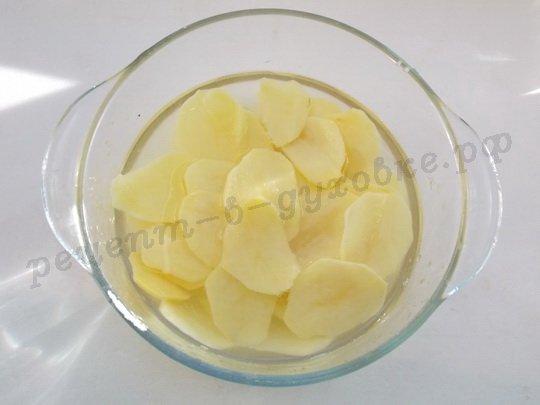 тоненько нарежем картошку