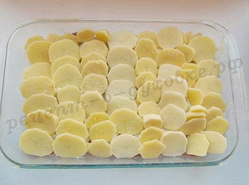 на лук выложим картошку