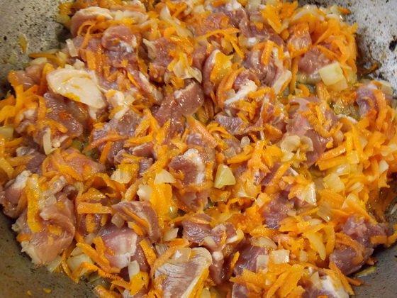 добавляем к овощам кусочки мяса