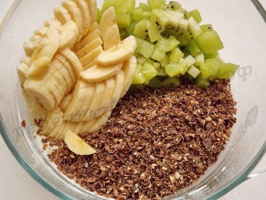 смешиваем шоколад, фрукты, сметану, манку, сахар