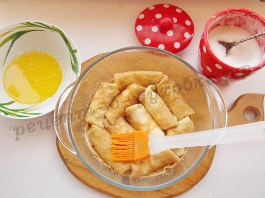 кладём налистники в форму, перемазывая маслом и пересыпая сахаром