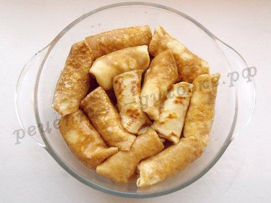 укладываем блинчики слоями, смазывая маслом и притрушивая сахаром
