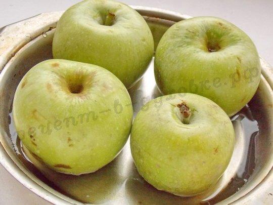 ставим яблоки в форму с водой