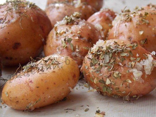 натираем картошку смесью трав, соли и чеснока