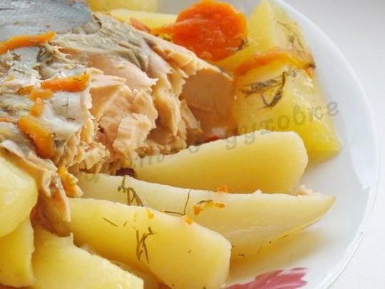 Запечённая горбуша в рукаве с картошкой