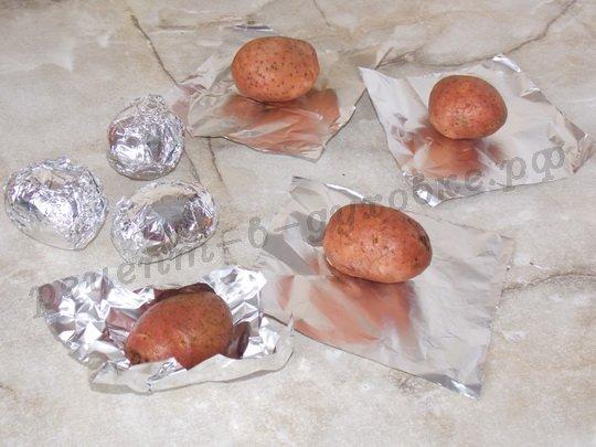 заворачиваем картофелины в фольгу