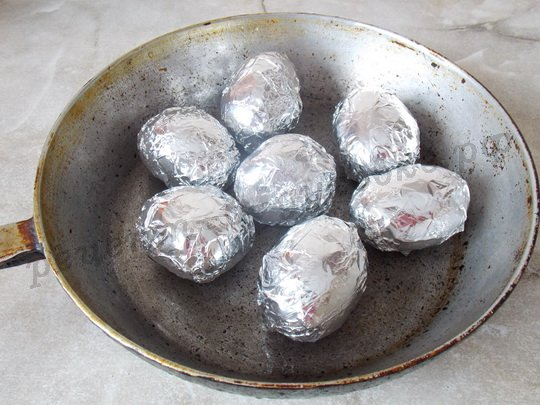положим картофель в форму