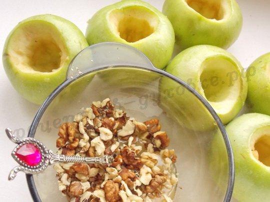 подготовим яблоки и ореховую начинку
