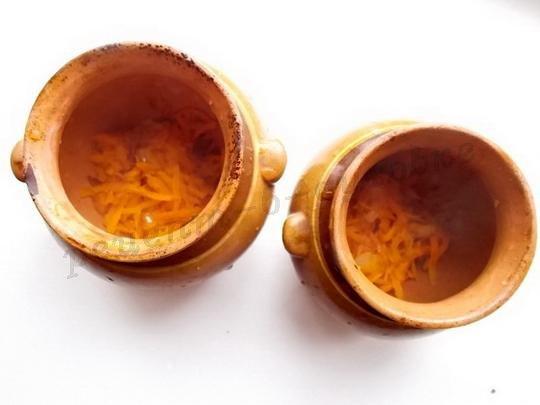 выкладываем в горшочки морковку с луком