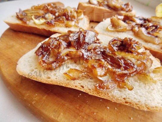 выкладываем на хлеб обжаренный лук