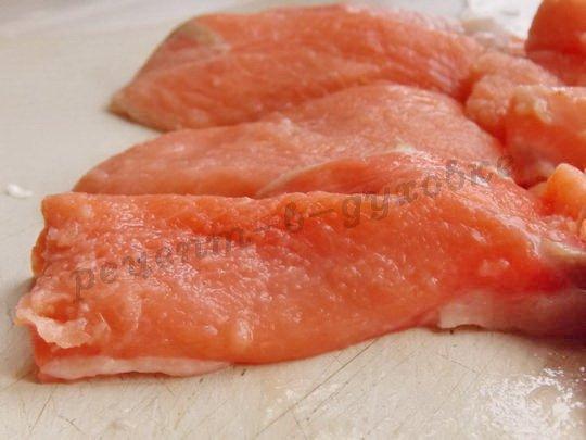 нарезаем красную рыбу ломтиками