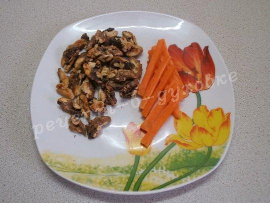 очистим орехи и нарежем морковку