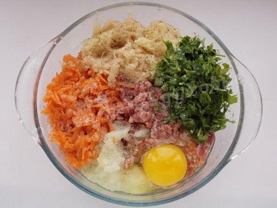 соединим фарш, овощи, зелень