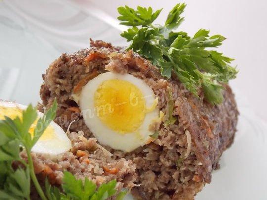 рулет из фарша с яйцами