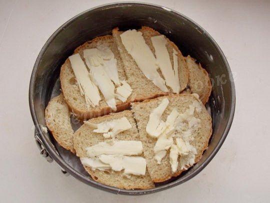 выкладываем на дно формы ломтики хлеба с маслом