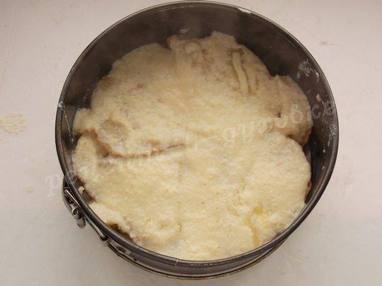 заливаем слой хлеба половиной заливки