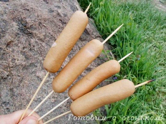 нанизываем сосиски на бамбуковые палочки