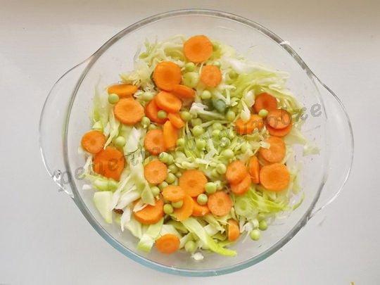 добавим горошек и морковку