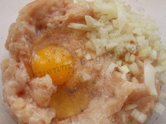 добавим в фарш лук, яйцо и специи