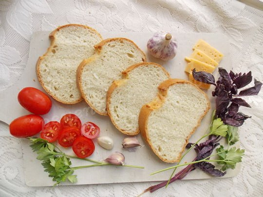 нарезаем белый хлеб ломтиками