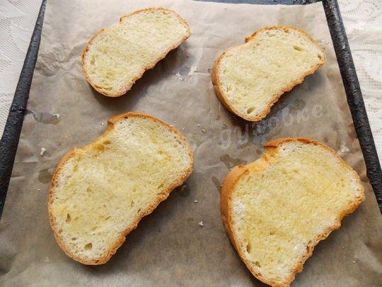 смазываем хлеб маслом и подсушиваем