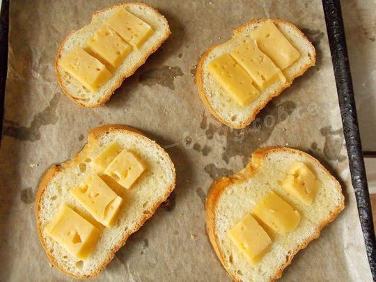на хлеб выкладываем сыр