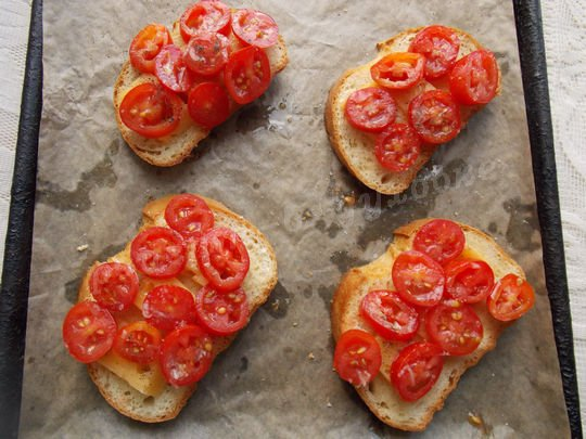 на сыр кладём помидоры