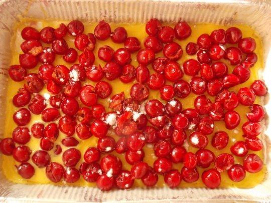 высыпаем на тесто вишни