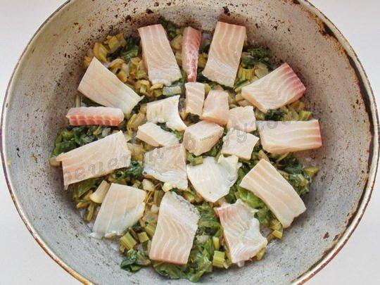 на дно формы выкладываем зелень, сверху - кусочки рыбного филе