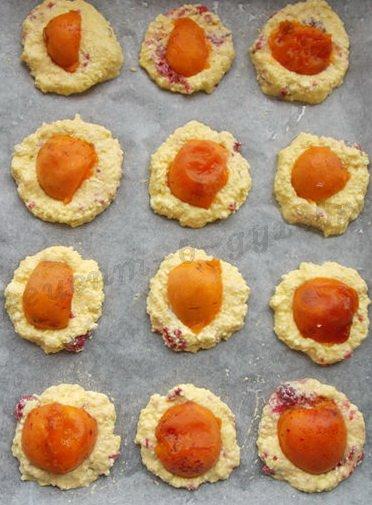 на творожные лепёшечки кладём кусочки абрикосов
